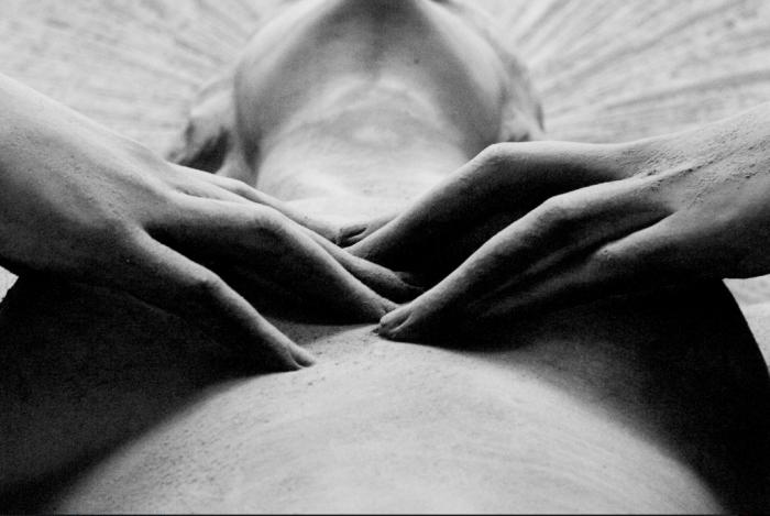 Non conosco il nome né l'autore di questa scultura. È tra i primi miei scatti. Ricordo solo che, tornato a casa, rimasi colpito da queste mani che paiono vere, tanto che qualcuno, vedendo la foto, pensò che si trattasse di un vivo…