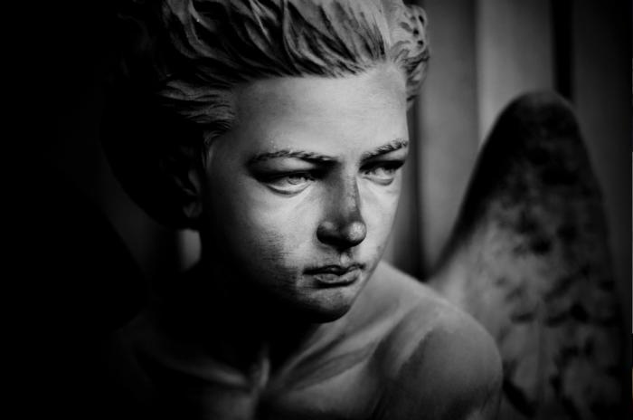 Un altro angelo, un altro volto di marmo che vive in silenzio. La tomba è quella di Bernardo Figari, scultore Giacomo Moreno.