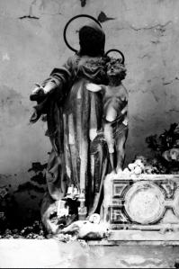 Questa scultura corrosa dal tempo è in una galleria che non avevo mai visto prima: non so più dove. Una maternità in nero.