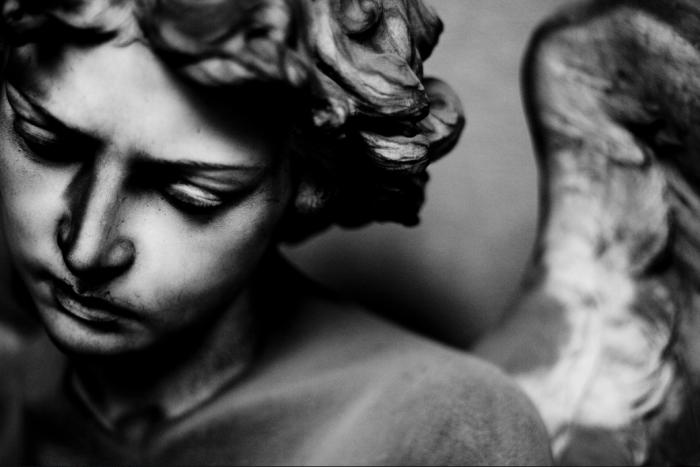 La tomba Rossi, dello scultore Giuseppe Benetti. Altra ineffabile magia. Un piccolo angelo guardiano che contempla addolorato il destino del suo protetto.