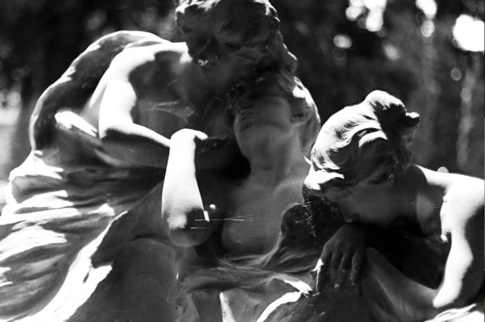 Tomba Rebora, Giacinto Pasciuti. Il marmo che fluisce e prende la forma della Bellezza. L'intrico di mani e di volti. Liberty allo stato puro.
