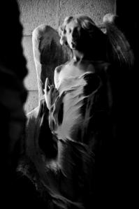 La pelle di marmo, un angelo che indica l'altrove. L'ombra che diventa luce.