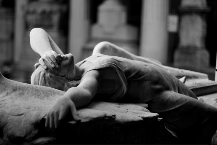 """La famosa tomba Ribaudo di O. Toso, 1910. Utilizzata dai Joy Division per la copertina di """"Love will tear us apart"""". Anche gli angeli provano dolore."""