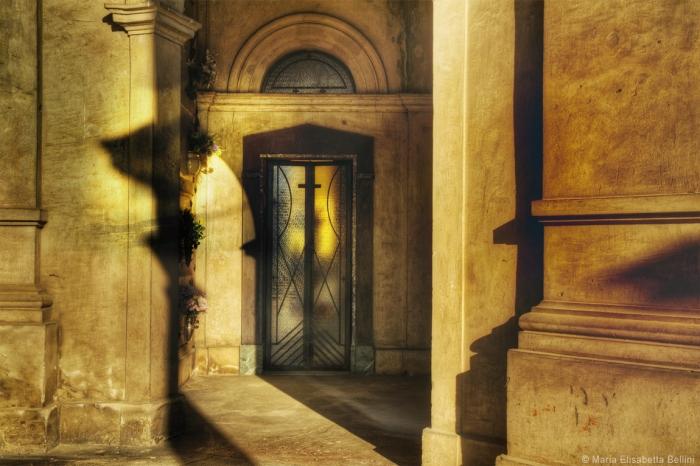 Dietro porte chiuse si conservano segreti e riservatezze. Essere però sull'orlo di percepire, udire e varcare la soglia delle esistenze altrui, disturba. È meglio non avvicinarsi... troppo. Non gradisco cannibalizzare le vostre emozioni, ma solo attingere alla vostra esistenza per riconsegnarmi a una stabilità.