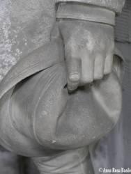Tomba Ghigliani, scultore Augusto Rivalta, 1876, porticato inferiore Purtroppo questa tomba ha subìto dei gravi danni. Rappresenta la vedova in ginocchio, gli occhi rivolti alla tomba del marito, accompagnata dal fratello che con rispetto e partecipazione assiste al dolore della sorella. L'urna è decorata in stile classico.