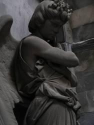 Tomba Mantero, scultore Luigi Orengo, 1895, porticato inferiore-passaggio verso il porticato semicircolare Quest'angelo pensieroso si trova in una nicchia un po' nascosta di una galleria secondaria. Sembra simboleggiare una concezione della morte un po' inquieta, malinconica, quasi a escludere una speranza di rinascita dopo la morte.