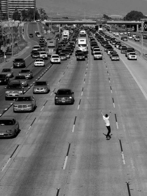2 • sullo skateboard contromano.