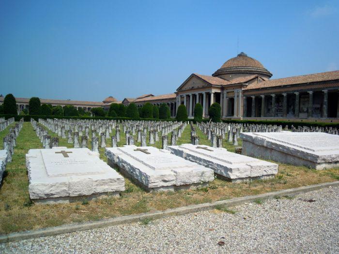 Cimitero di San Cataldo, Modena – Le tombe dei caduti della prima guerra mondiale.