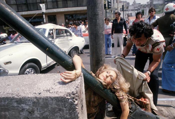 Città del Messico, 29 aprile 1979. Adela Legarreta sta correndo alla presentazione di un libro e viene investita da un'auto in Avenida Chapultepec. Questa immagine non fu pubblicata sui giornali il giorno seguente. È troppo forte, troppo perturbante.