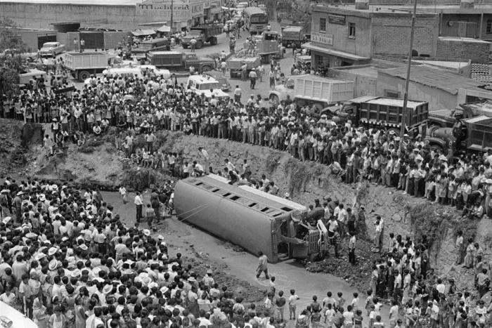 25 maggio 1969: Centinaia di persone si radunano intorno a un autobus ribaltato nel fiume San Esteban sulla strada fra Città del Messico e Huixquilucan. Dentro c'erano 23 bambini, uno dei quali morì.
