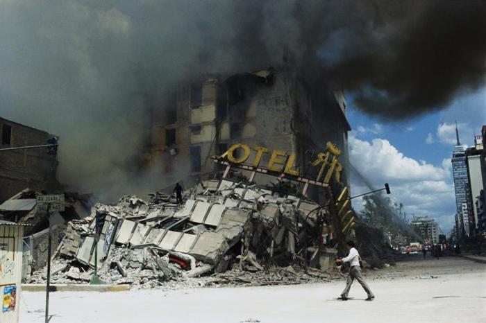 Città del Messico, 19 settembre 1985: Il crollo dell'hotel Regis in seguito a un terremoto.