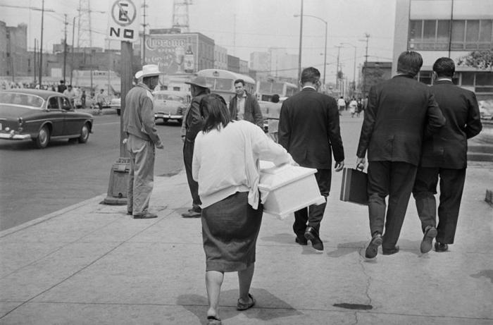 Città del Messico Colonia Doctores, Niños Heroes, 1966: Questa donna non ha avuto soldi per comprare una bara per sua figlia, che era stata ucciso quando un autobus la investì. Andò in un negozio di bare vicino all'ospedale e iniziò a pregare, gridando aiuto. La gente fece una colletta, e lei fu in grado di seppellire sua figlia con una certa dignità.