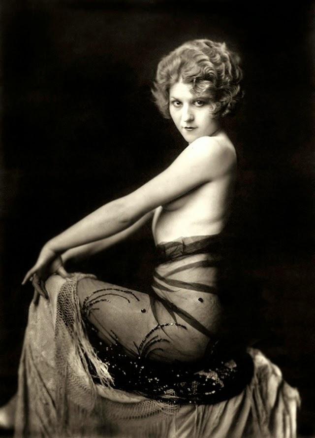 """Lina Basquette, 1907 – 1994, ballerina e attrice. Iniziò a recitare prestissimo e nella danza era così brava da essere chiamata """"America's Prima Ballerina"""". Bruciò tutte le tappe, anche nella vita privata: a 20 anni era già vedova. Dopo la morte di Sam Warner, della Warner Bros ebbe un altro marito e molti altri uomini. Vera """"Donna pagana"""", si ritirò dalle scene nel 1943 e ha una stella sull'Hollywood Walk of Fame."""