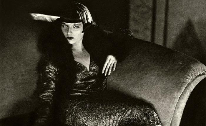 """Louise Brooks, 1906 – 1985, ballerina, showgirl, attrice. Nata in provincia e figlia di un avvocato, studiò alla scuola di ballo Denishawn. All'età di nove anni, un vicino abusò sessualmente di lei. L'episodio ebbe conseguenze cruciali sulla sua vita e carriera, complice anche il mancato sostegno da parte della famiglia. La sua esperienza nel mondo del cinema iniziò a fine anni Venti negli Usa e in Francia, ma fu in Germania, guidata da Georg Wilhelm Pabst, che divenne un mito, impersonando Lulù in """"Il vaso di Pandora"""". Poi l'oblio: ballerina nei night club, speaker alla radio e infine commessa. Fu riscoperta negli anni Cinquanta – """"Non c'è nessuna Garbo! Nessuna Dietrich! C'è solo Louise Brooks!"""" – quando, tra l'altro, iniziò a lavorare come critica per riviste cinematografiche. Morì sola, dimenticata e fu sepolta all'Holy Sepulchre Cemetery di Rochester (New York)."""