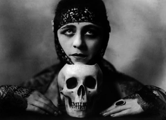 """Valeska Suratt, 1882 – 1962, attrice protagonista di 11 film muti, che sono andati tutti persi. Nacque a Owensville, in Indiana. Debuttò nel 1900 a Chicago e non tardò a farsi notare per la scelta glam dei suoi abiti, tanto da meritarsi il soprannome di """"Empress of Fashions"""". I suoi film risalgono tutti al 1915-1917, dopodiché così com'era divenuta velocemente una stella, velocemente divenne una cometa e, dalla fine degli anni Venti, visse in completo declino, tentando peraltro di vendere una propria storia """"romanzata"""" dove si spacciava per la Vergine Maria. Morì a Washington D.C. ed è sepolta nell'Higland Lawn Cemetery a Terre Haute, in Indiana."""