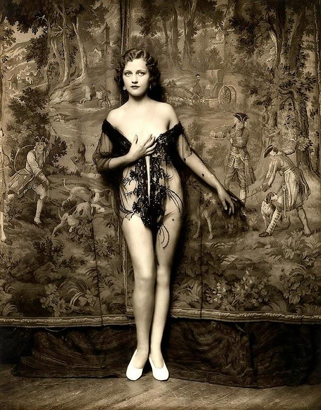 Mary Eaton, 1901 – 1948, attrice, cantante e ballerina. Nacque a Norfolk, in Virginia, e iniziò prestissimo a esibirsi insieme alle sorelle Doris e Pearl, superandole in popolarità. Recitò anche per il cinema, oltre che allo Ziegfield Follies, ma a inizio anni Trenta la sua carriera era già in declino, e anche la vita privata era un'autentica bagarre. L'alcol divenne un rifugio, e nel '48 la Eaton morì per una malattia del fegato. È sepolta al Forest Lawn Cemetery di Los Angeles, insieme ad altri componenti della famiglia.