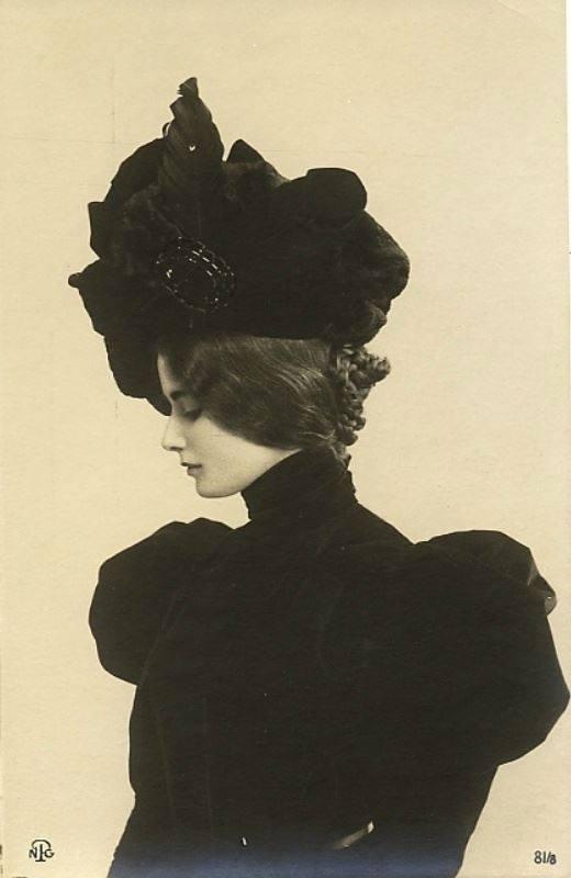Cléo de Merode, 1881 – 1966, ballerina. Viennese di nascita, ma cresciuta a Parigi da parigina, fu avviata alla danza presso la scuola dell'Opéra national de Paris, e debuttò che aveva appena 11 anni. Esempio di eleganza per le donne francesi, posò per Toulouse-Lautrec ed Edgar Degas e il suo stile per molti versi segnò la moda della Belle Époque. I fotografi dell'epoca fecero a gara nel riprodurne le fattezze, che finirono anche sulle cartoline, cosicché la sua immagine finì per raggiungere angoli del globo che ella non visitò mai. Ebbe molti amori, tra cui il re Leopoldo II del Belgio, ma non si sposò mai e morì sola in un appartamento del parco Monceau di Parigi. È sepolta a Père Lachaise.