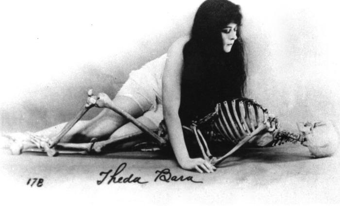 """Theda Bara, 1885 – 1955, attrice, vamp e femme fatale. Il suo nome è l'anagramma di Arab Death e, fin dal suo primo ruolo da protagonista in """"La vampira"""", interpretò sempre il ruolo della donna perversa e tentatrice. Imperversò negli anni Dieci, finché nel decennio successivo la vamp non fu soppiantata dalla maschietta e Theda non si ritirò a vita privata, insieme al marito Charles Brabin."""