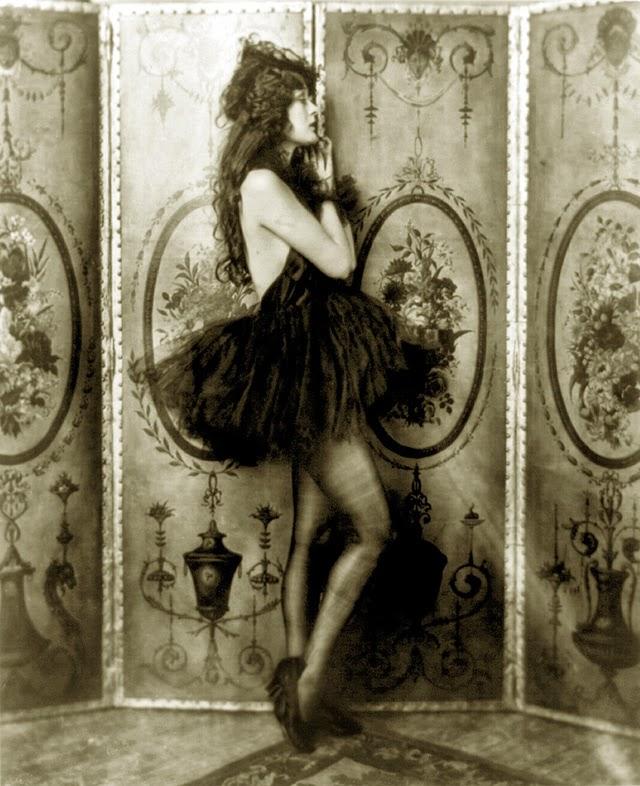 """Claire Luce, 1903 – 1989, attrice e ballerina. Recitò, oltre che in alcuni film importanti – come """"Up the River"""" diretto da John Ford –, al fianco di Fred Astaire nel musical """"Gay Divorce"""". Astaire tentò di farla ingaggiare anche per la trasposizione cinematografica del film, ma la casa di produzione le preferì Ginger Rogers. Astaire fu sempre uno dei suoi più ferventi ammiratori tanto da accreditarla come l'ispirazione del passo """"Night and Day"""" nella sua autobiografia."""