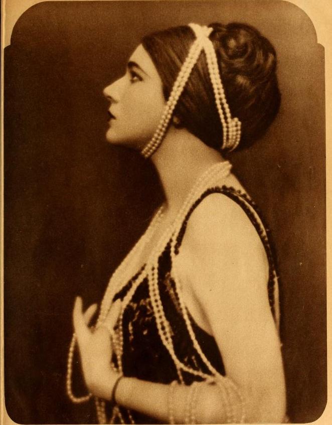 """Nita Naldi, 1897 – 1961. La sua salvezza fu a tutti gli effetti la recitazione, che le consentì di rifuggire una vita miserevole, accedendo prima a una compagnia di vaudeville e successivamente all'ambito Zigfield Follies. Dopo alcune parti minori la consacrazione come attrice protagonista nel film """"Dr. Jeckill e Mr. Hyde, che le valse il soprannome di """"Dumb Duse"""", ossia la Duse muta, da parte del suo compagno di scena. In """"Sangue e arena"""" recitò a fianco di Rodolfo Valentino, diventando amica sua e della di lui moglie. Finito il sodalizio artistico, ebbe ancora alcune piccole parti, finché nel '32 non dovette dichiarare bancarotta. È sepolta nella tomba di famiglia al sepolta nella tomba di famiglia al Calvary Cemetery nel Queens."""