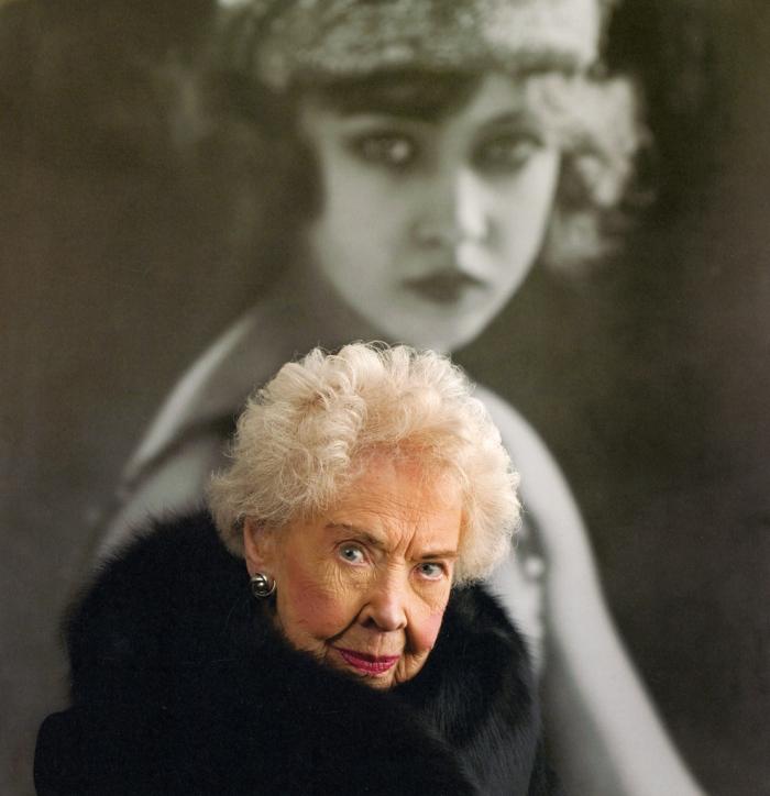 Doris Eaton, 1904 – 2010. Nessun refuso, la più giovane delle sorelle Eaton e una delle più recenti acquisizioni della rivista Zigfield Follies è effettivamente morta a 106 anni. Dopo la rivista, e il cinema, per tre decenni fu anche in tv. Infine si ritirò in un ranch insieme al marito, dedicandosi all'allevamento di cavalli. Una vita lunghissima, dal film muto all'era del web, e innumerevoli interviste rilasciate a giornalisti e scrittori, per preservare tracce di quei tempi, che ci sono stati finché c'è stata lei.
