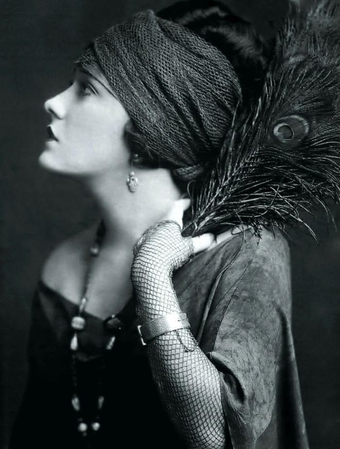 """Gloria Swanson, 1899 – 1983. Attrice, cantante e produttrice, nota per la sua interpretazione di Norma Desmond nel film """"Sunset Boulevard"""", dove interpretò se stessa, ovvero un'attrice dell'epoca del film muto che vive nel ricordo del passato. Fu una delle dive incontrastate del film muto e divenne una vera e propria icona del moda del suo tempo."""