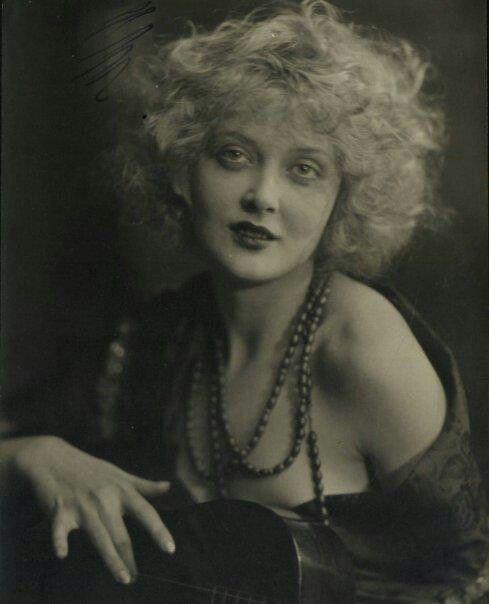 """Mary Nolan, 1905 – 1948. Fu modella e a Zigfield Follies divenne nota col soprannome di """"Bubbles"""". La storia d'amore turbolenta con Frank Tinney, anch'egli attore, fu all'origine del loro licenziamento e della breve e altalenante carriera di Mary, che morì giovane, a 42 anni, per arresto cardiaco."""