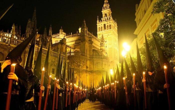 Alcune location sono particolarmente scenografiche per ammirare i nazarenos in processione. Ad esempio, nei pressi della Cattedrale si può assistere a spettacoli unici.