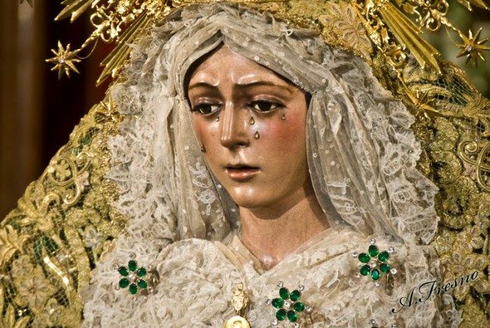Esperanza Macarena a Siviglia. Quella della Macarena è la processione più lunga e imponente, da mezzanotte alle 13,30 del giorno dopo. È la vera star di Siviglia.