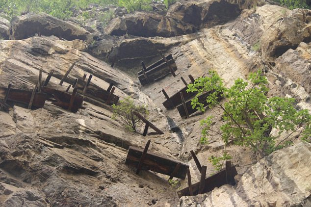 hanging_coffins_China_2