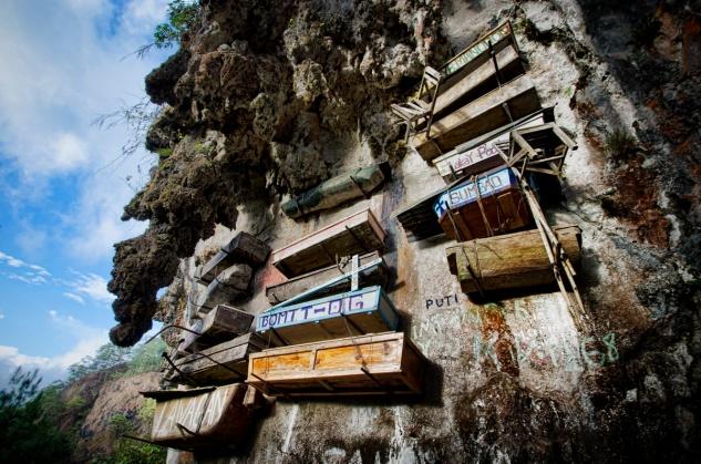 hanging_coffins_Philippines