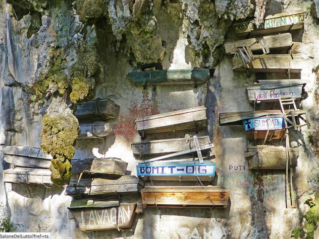hanging_coffins_Philippines_2