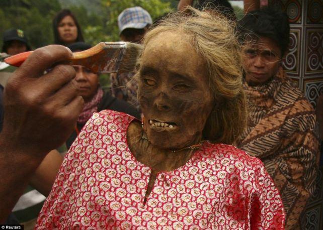 processione-mummie-toraja